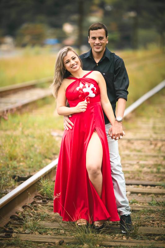 Ensaio Pré-Casamento com vestido vermelho com fenda