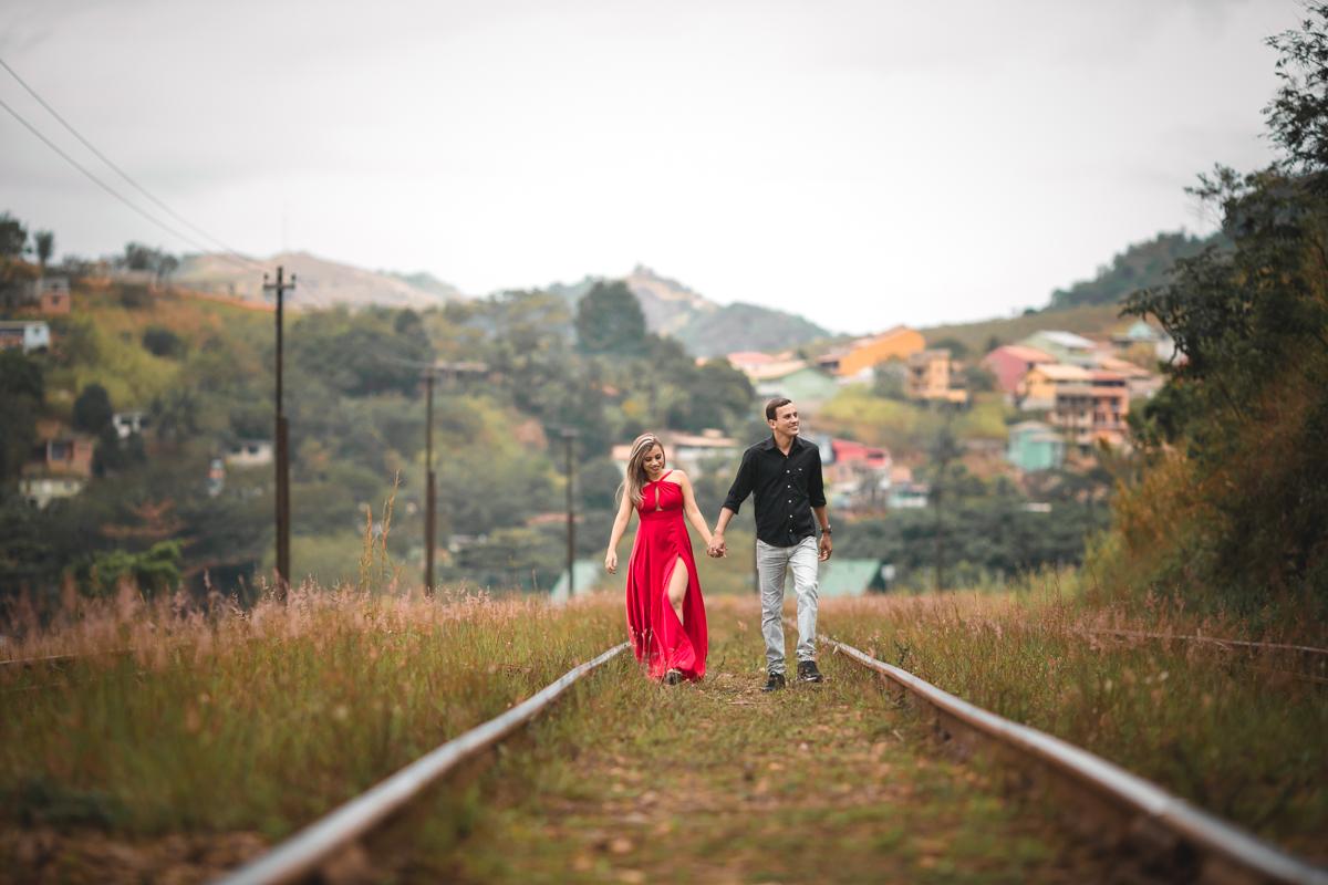 Ensaio Pré Wedding andando nos trilhos