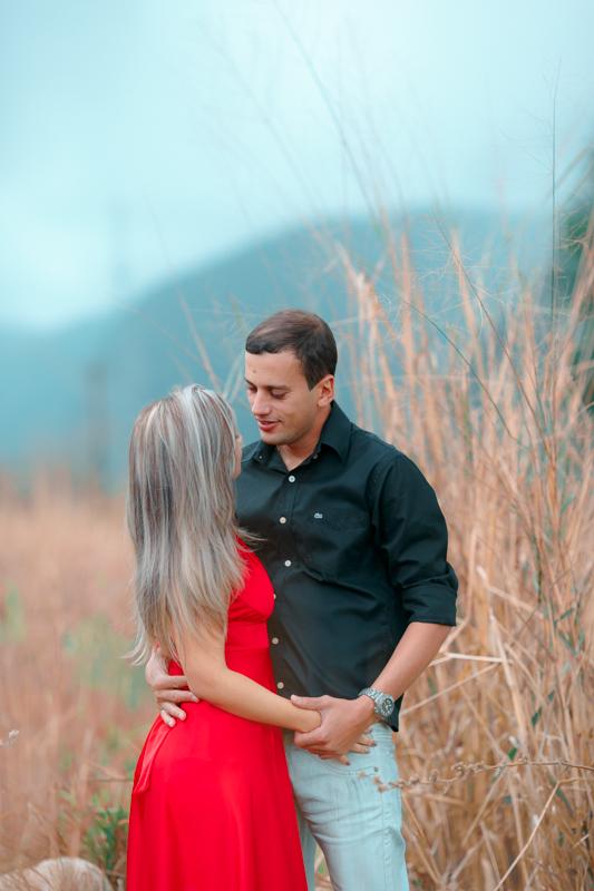 Ensaio noivos romântico ao ar livre