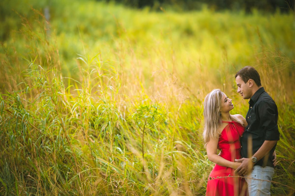 Ensaio dos noivos em ensaio pre casamento no campo