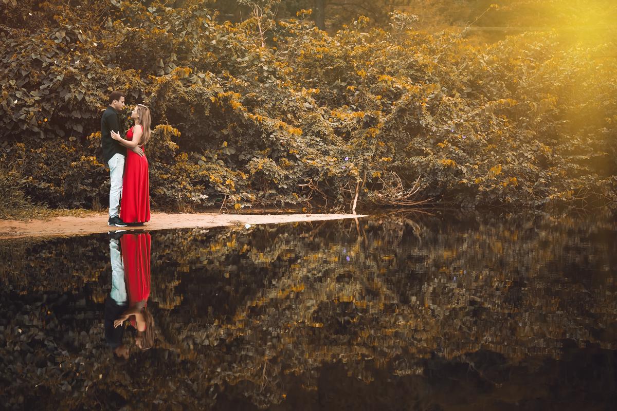 Retrato dos noivos pré wedding sobre lago