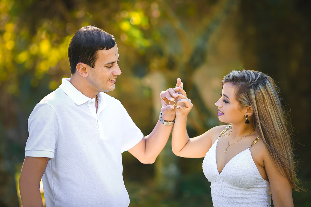 Ensaio Pré-wedding noivos encostando alianças