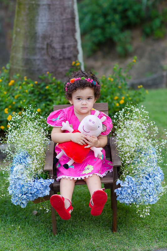 Sentada entre as flores