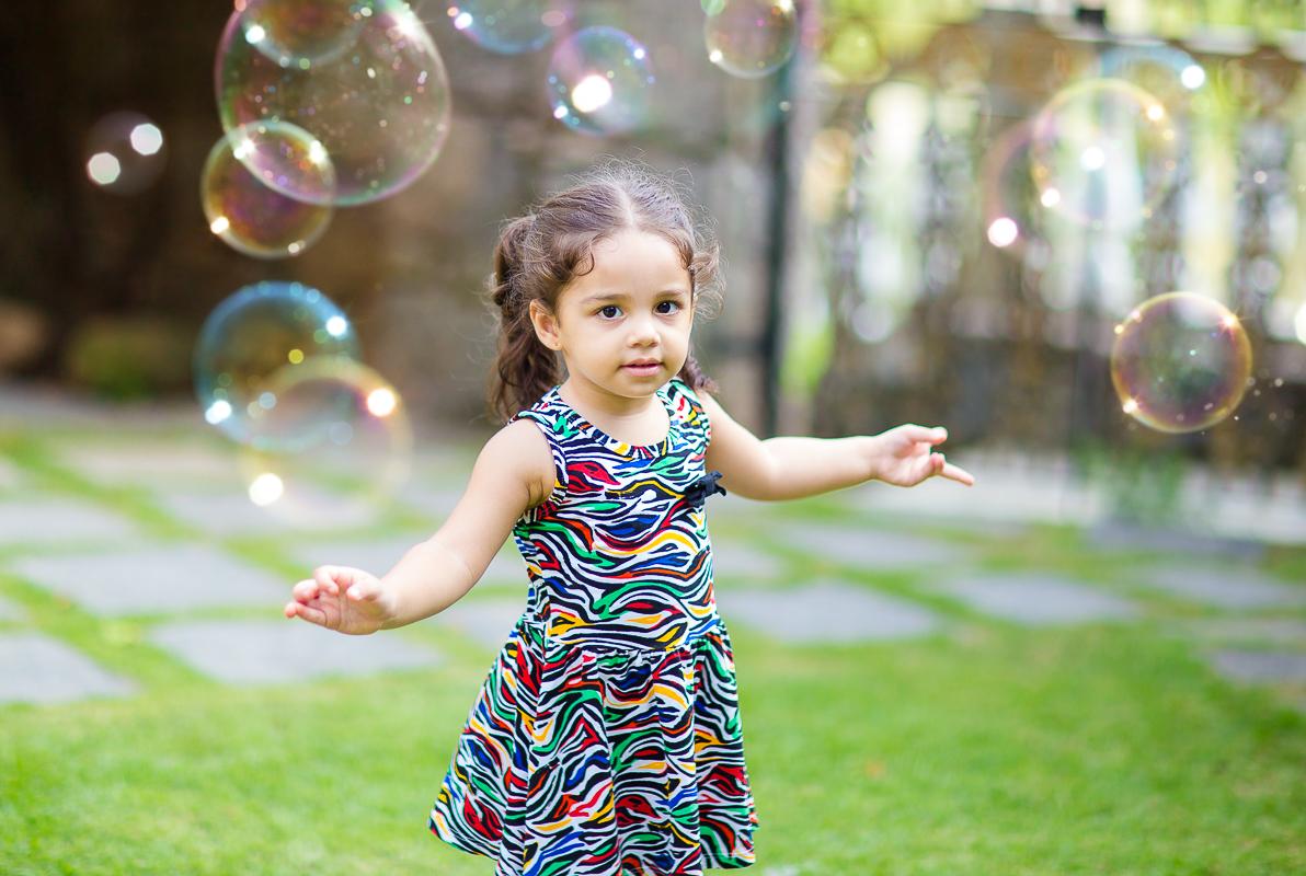 menina com Bolhas de sabão