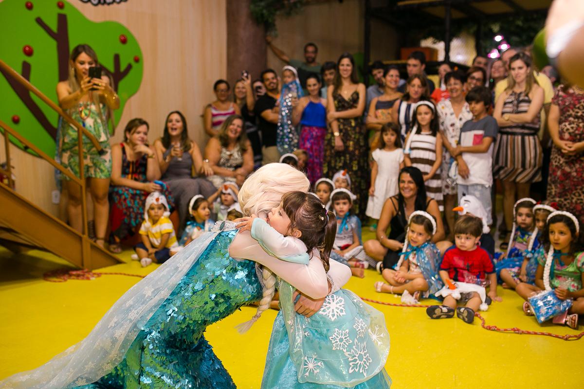 Abraço na Elsa