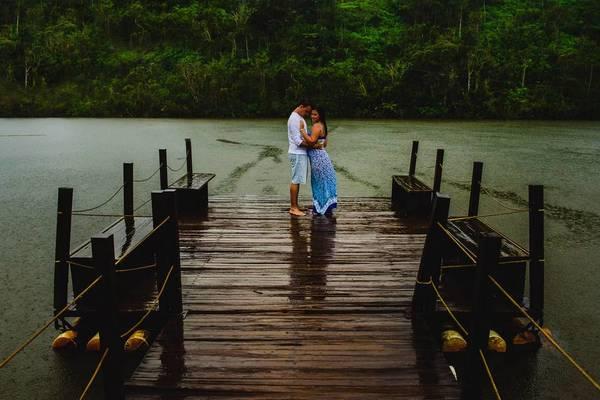 Ensaios de Rayane e Pedro / Pré Casamento na chuva / Parque do Itacolomi