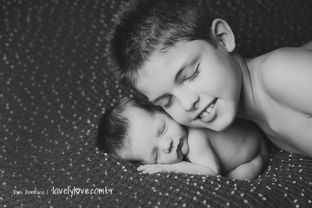carinho de irmão durante as fotos