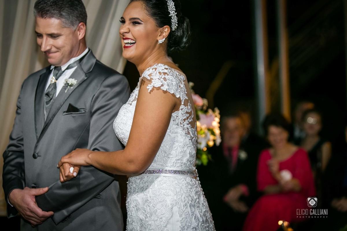 Risos da noiva na hora que o celebrante falou quando conheceu o noivo