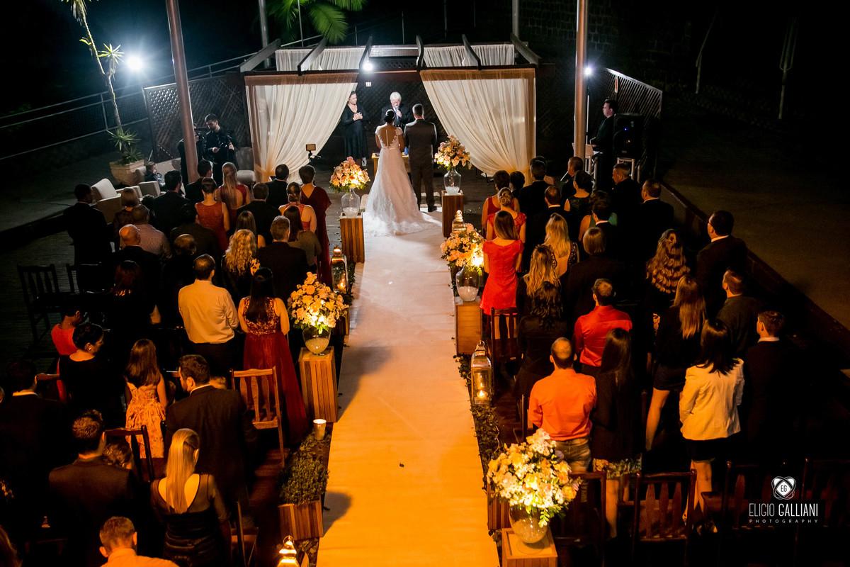 Foto do alto durante a celebração do casamento