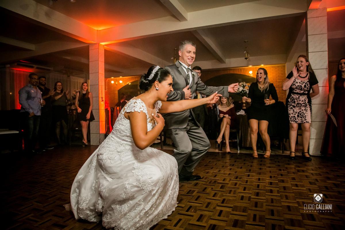 Noiva e noivo dançando a vontade