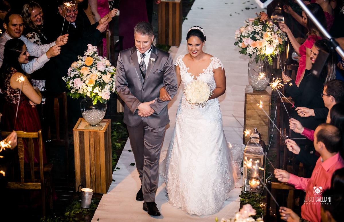 Saída do casal após a celebração do casamento