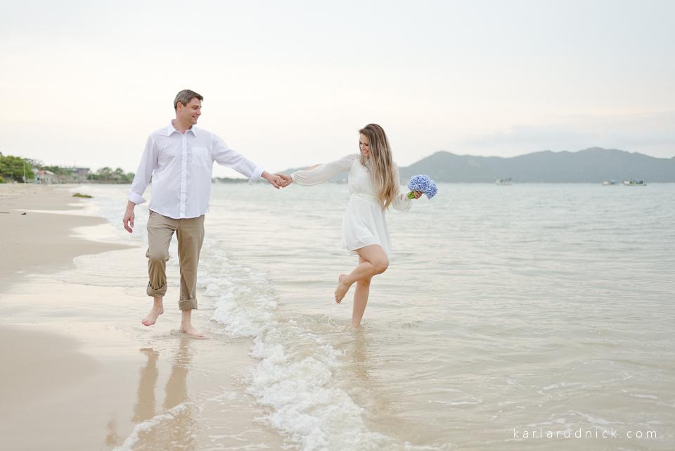 Ensaio pré casamento Fotógrafa São Bento do sul Ensaio na praia Pré wedding Fotos praia Casamento na praia Fotografia Casal Bombinhas-SC Balneário Camboriú Itapema