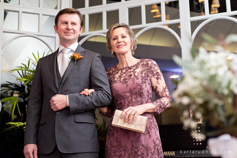 Noivo e sua mãe no casamento