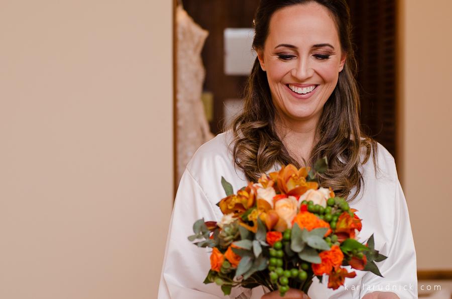 Noiva recebendo o bouquet
