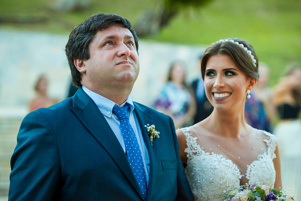 pai de noiva emocionado