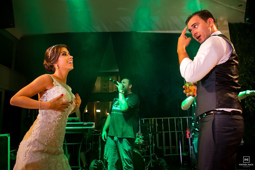 noivos no palco casamento