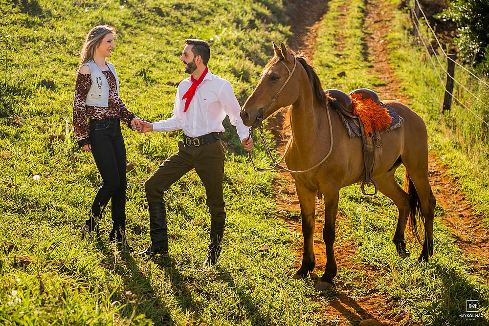 ensaio de casal com cavalos