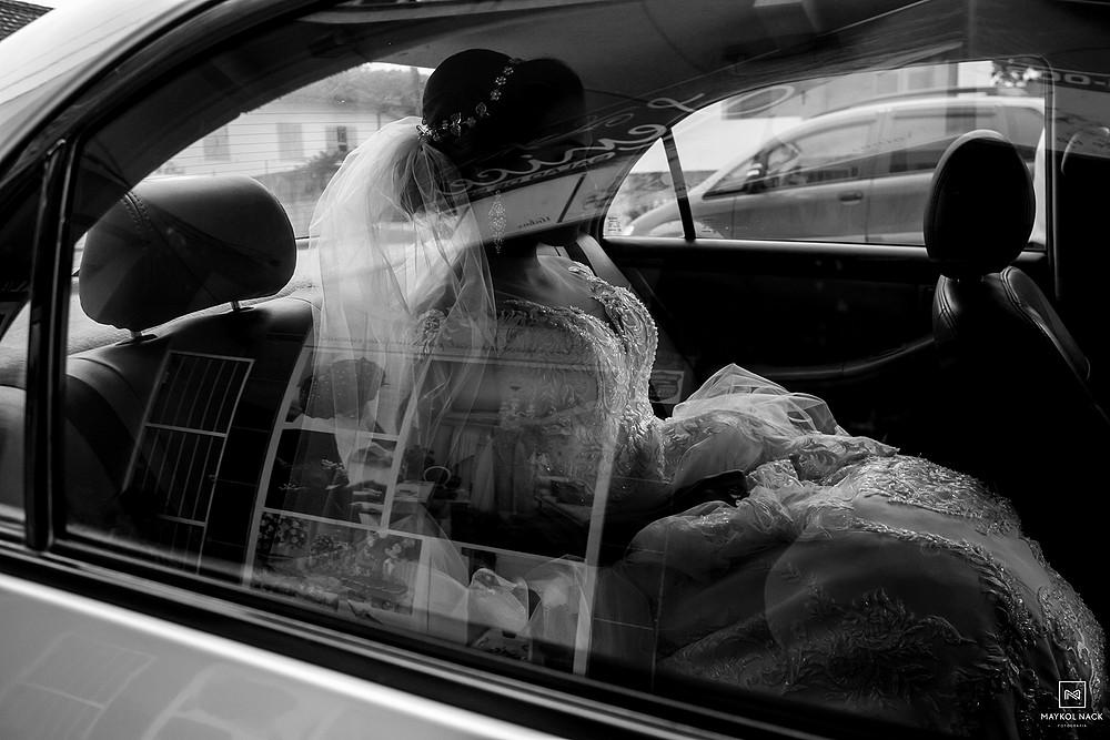 noiva no carro armazem