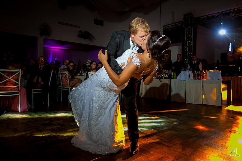 noivos dançando casamento
