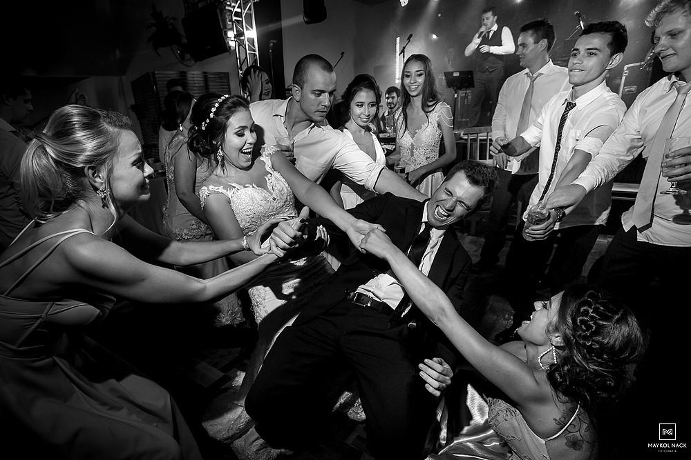 festa com os convidados do casamento