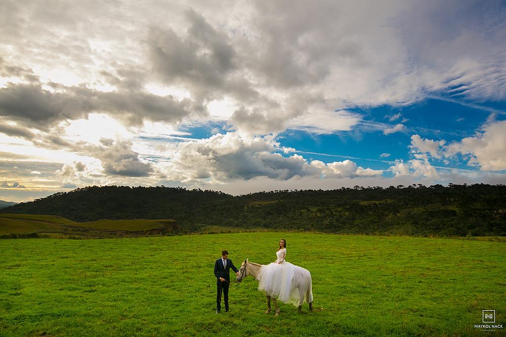 Ensaio de noivos com cavalos