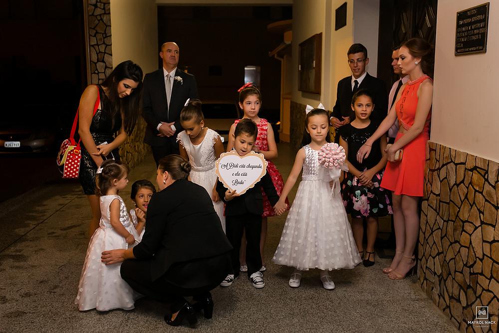 crianças em casamento em armazém