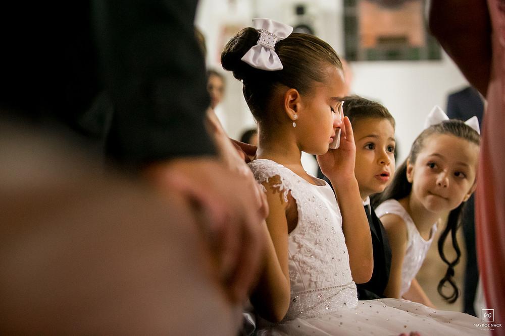 noivinha chorando no casamento em armazém