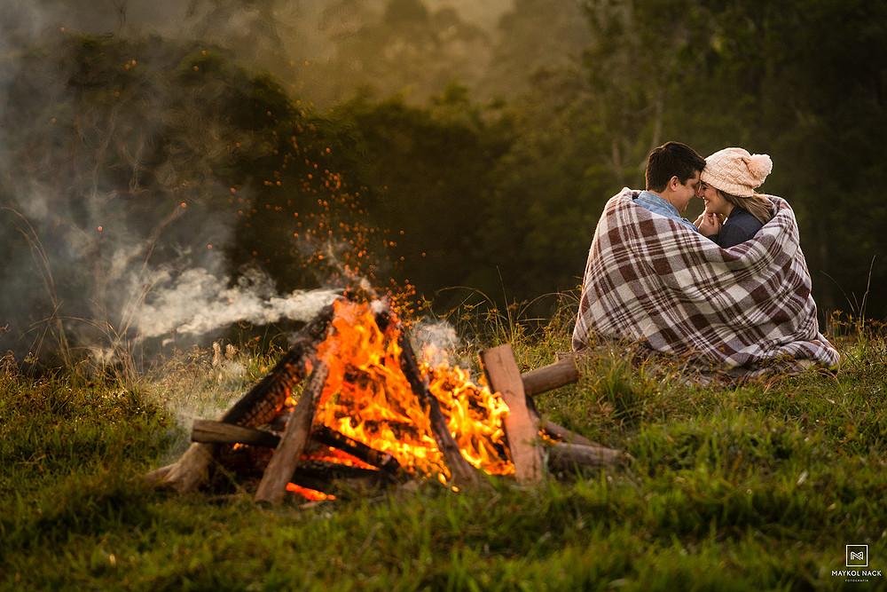 casal com fogueira