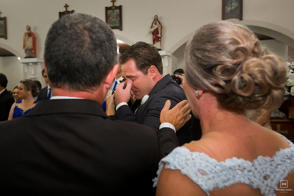 noivo chorando casamento