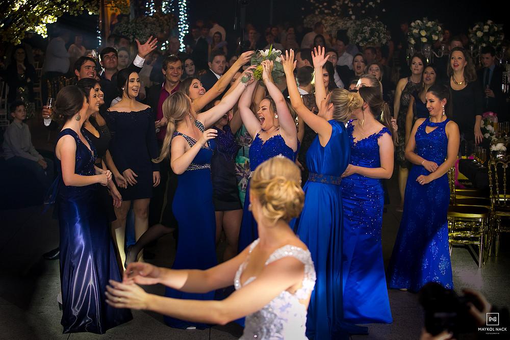 noiva jogando o buque de casamento