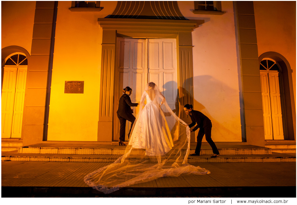 noiva na porta da igreja