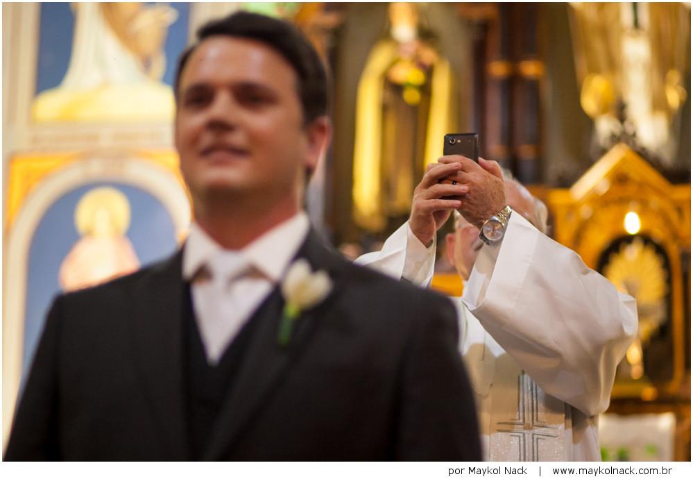 padre fotografando casamento