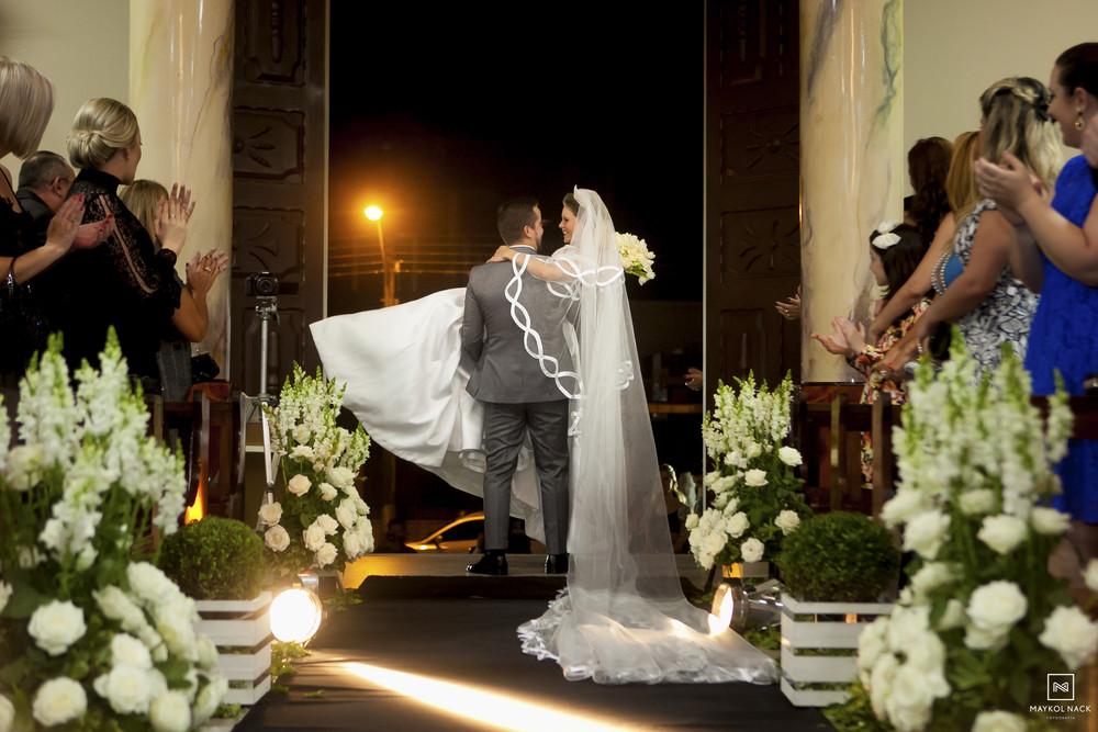 noivos saindo casamento