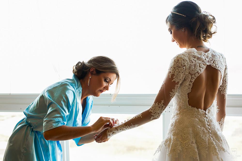 mãe ajudando noiva