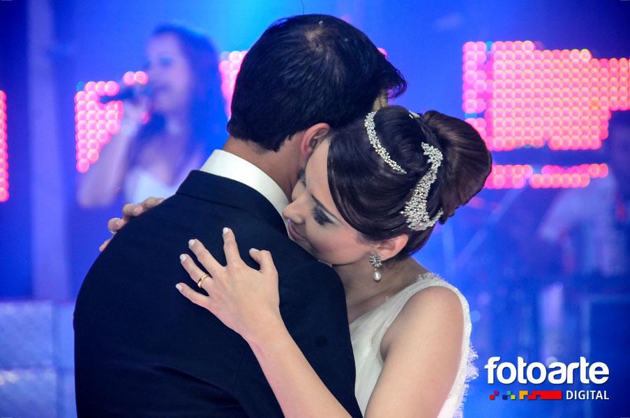 Aquele abraço após a primeira dança juntos.