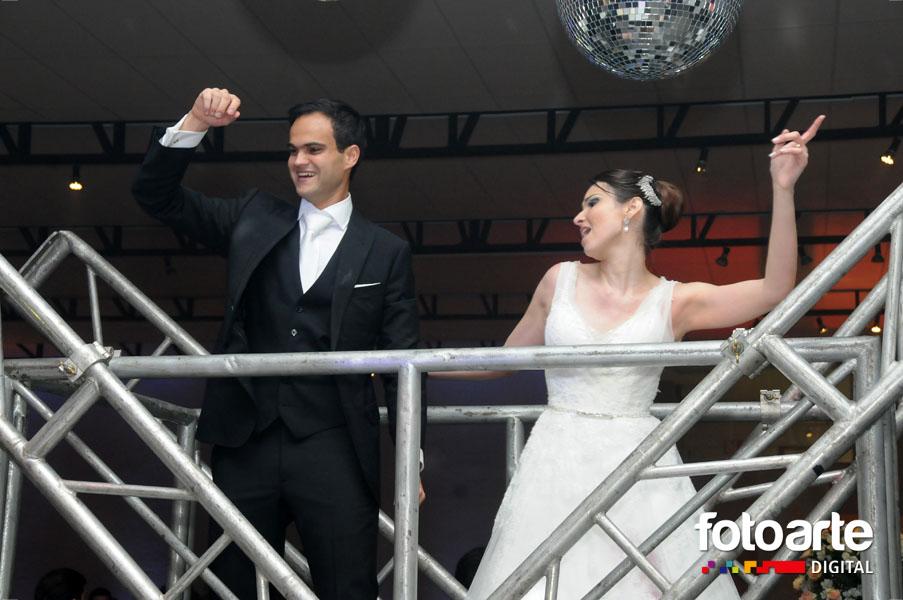 O momento de diversão, de alegria dos noivos na festa..