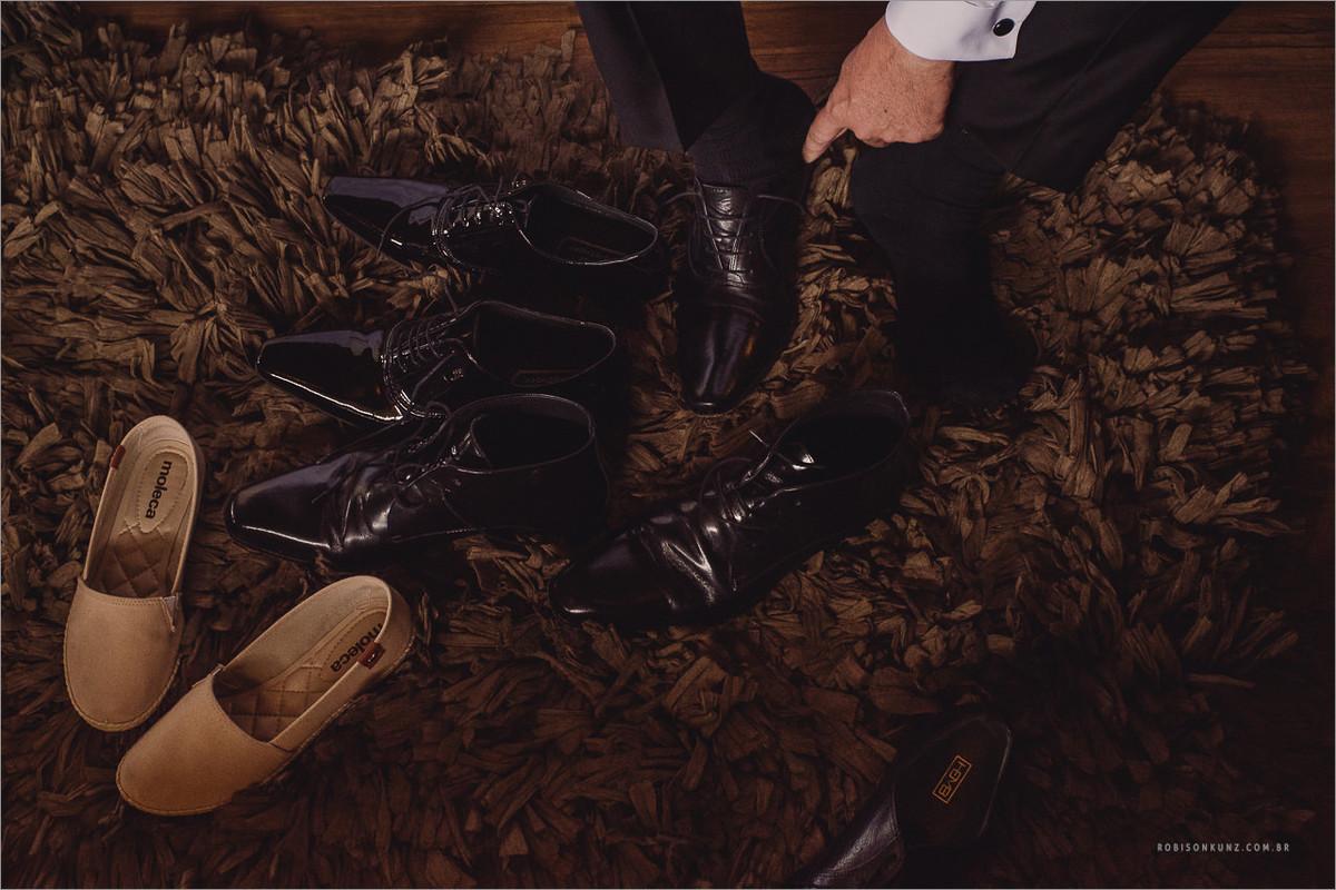 noivo escolhendo o sapato