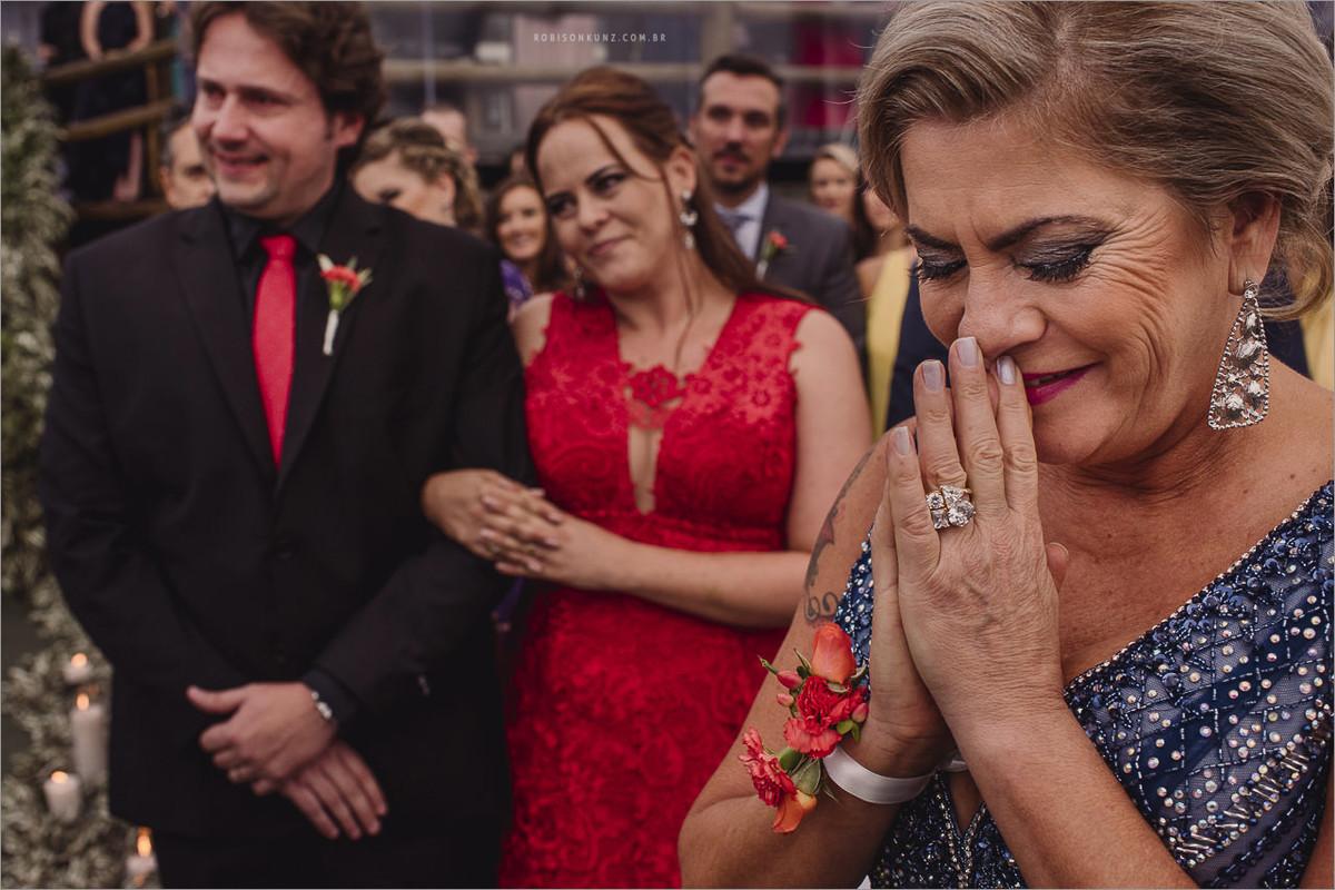 mae emocionada durante a cerimonia