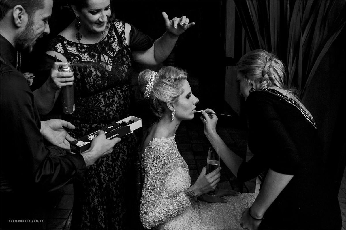 noiva se maquiando durante a festa