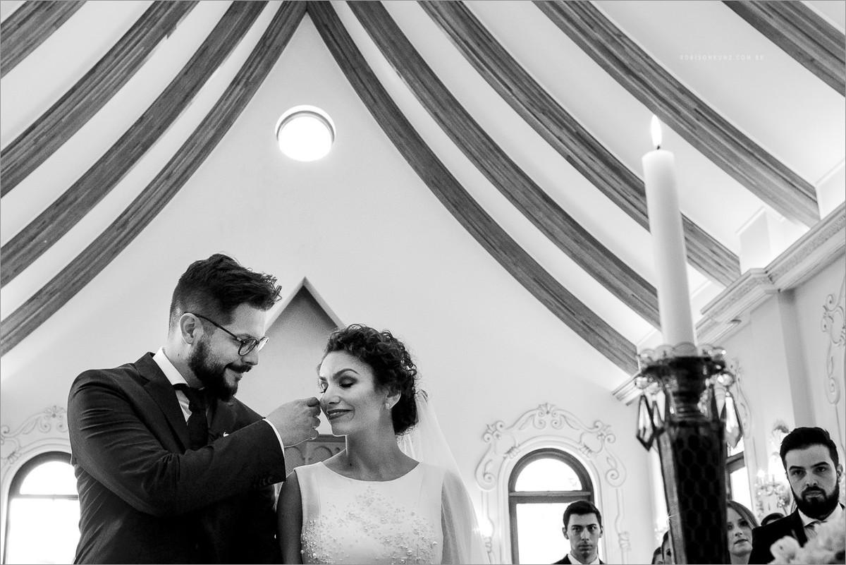 noivos emocionados no altar