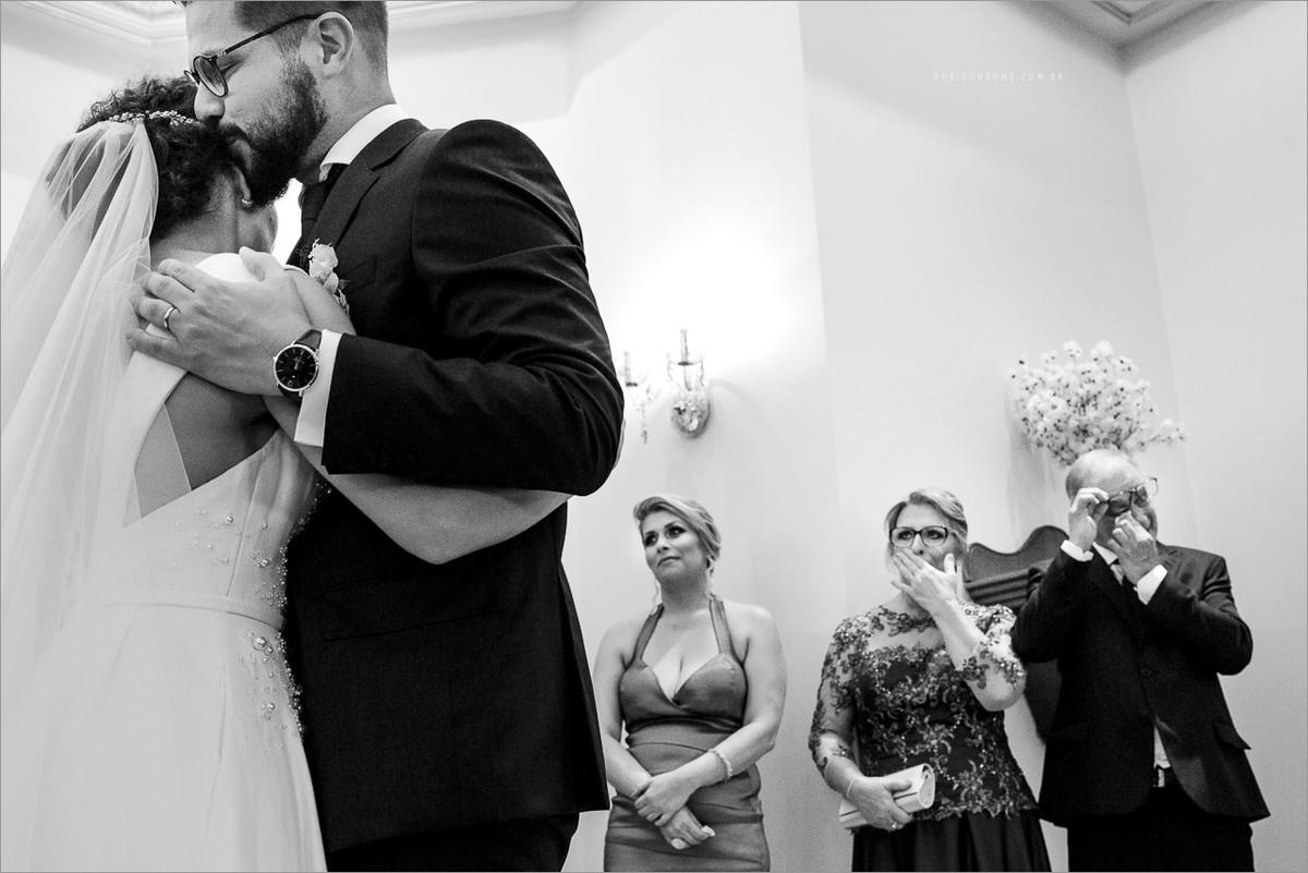 noivos e pais emocionados