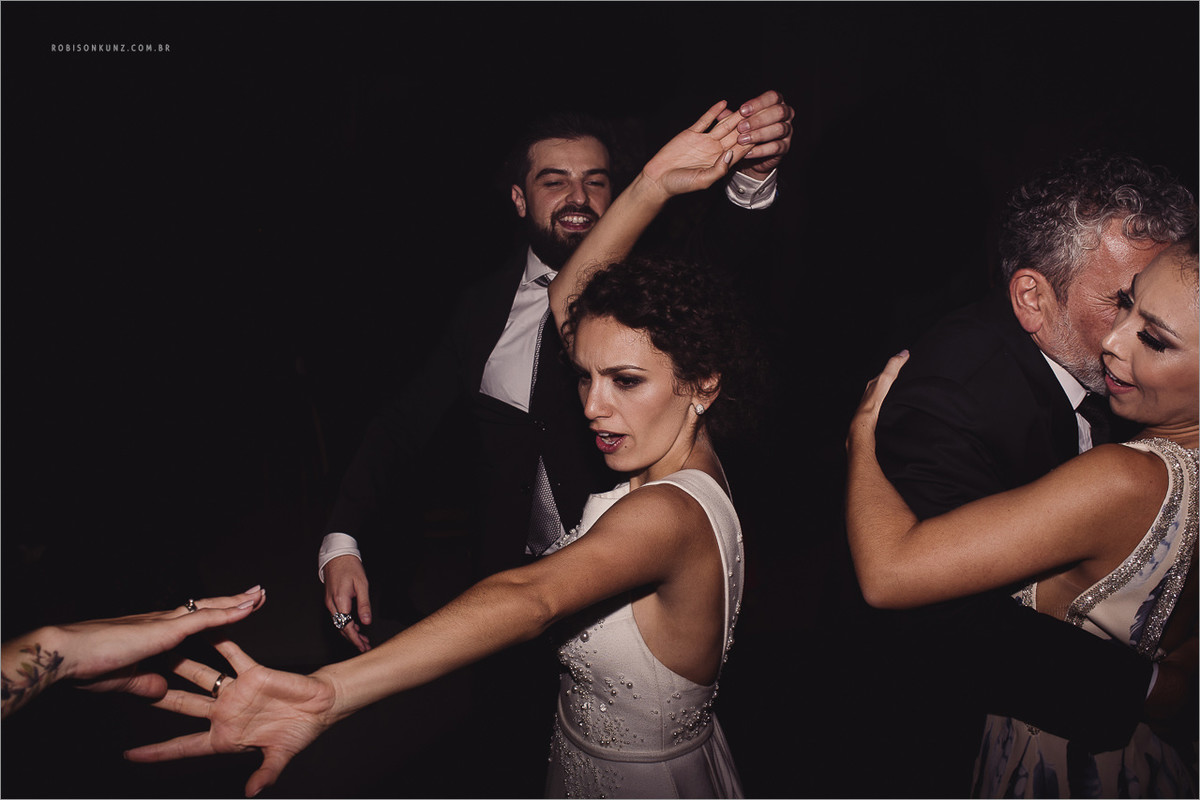 noiva dançando na festa