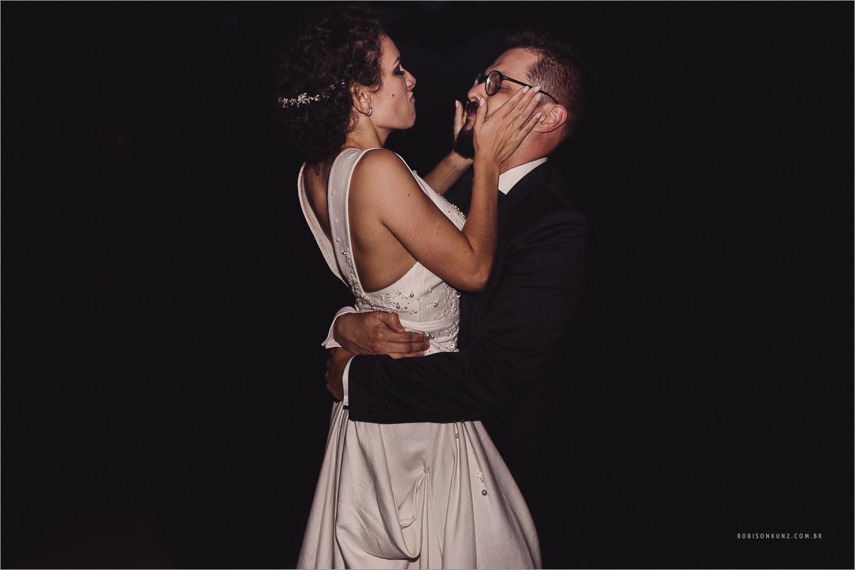 noivos no final do casamento