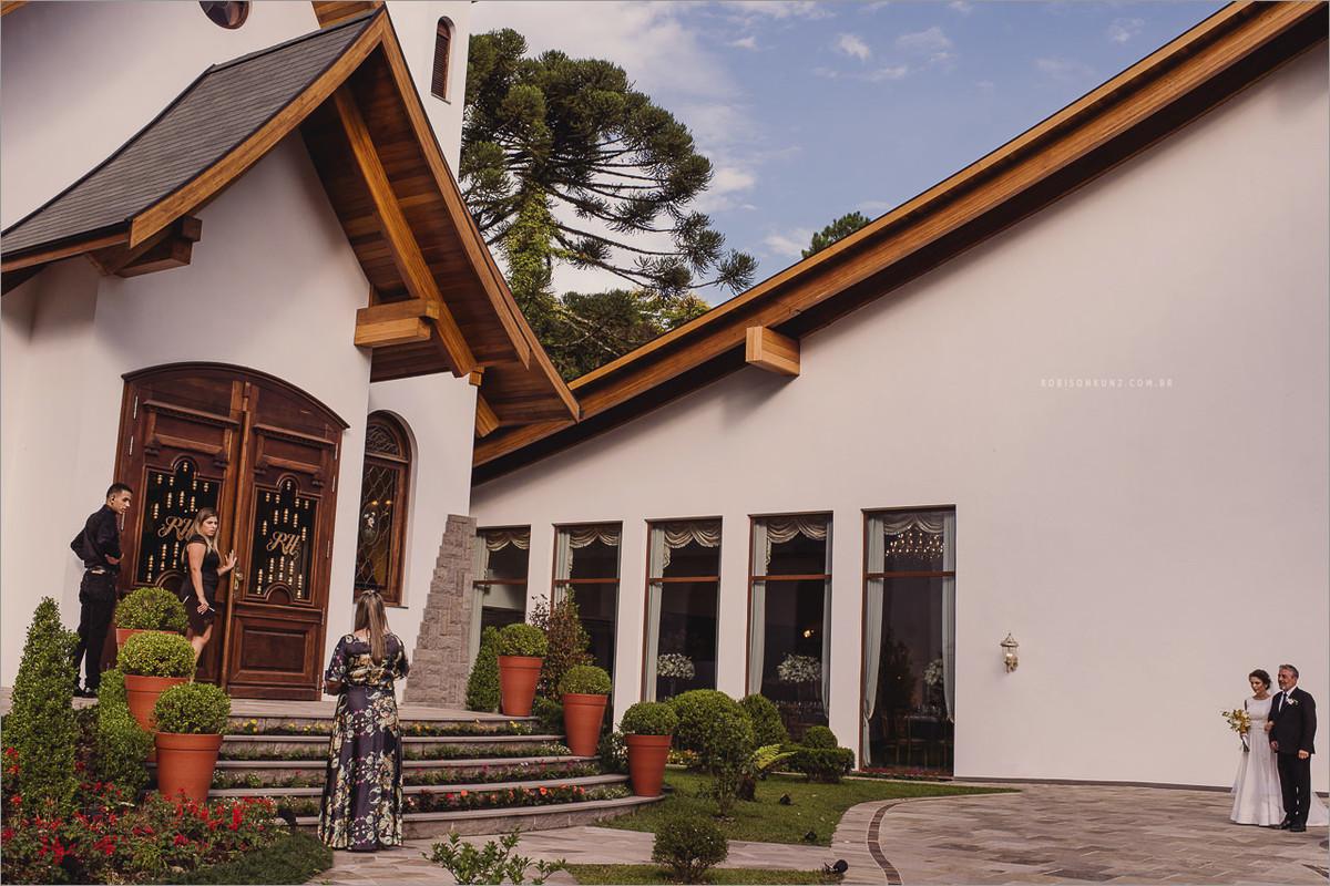 entrada da noiva na capela de Gramado