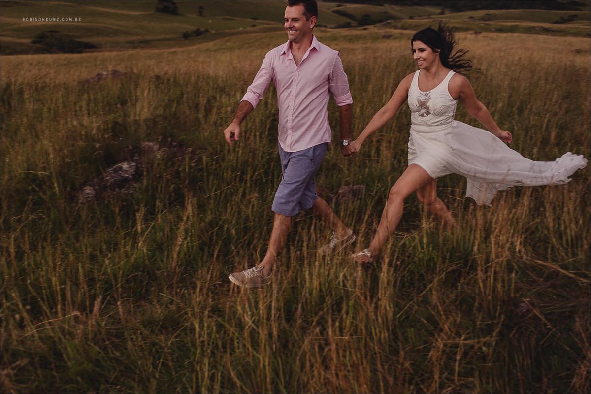casal correndo no campo de são francisco de paula