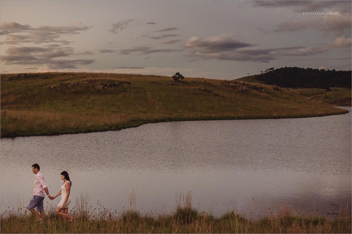 foto de noivos no campo