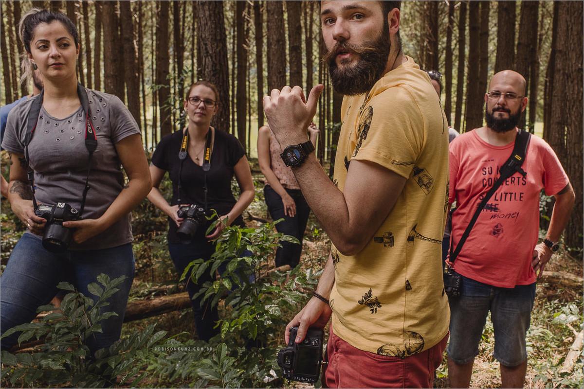 robison kunz fotografando no mato durante o workshop