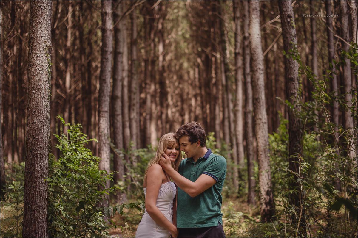 foto de casal no mato de pinos