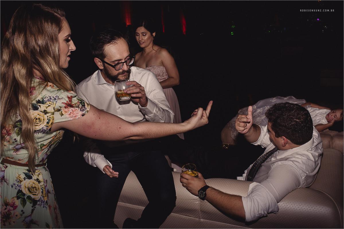 convidados bebendo no casamento