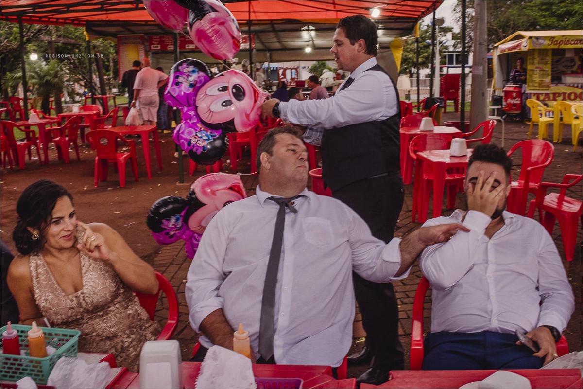 noivos e padrinhos na feirinha depois do casamento